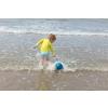 Quut_MINI BALLO_inuse_beach_deep blue_03.jpg
